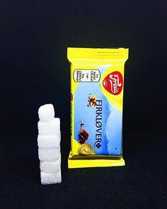 Hver Freia Firkløver inneholder 11 gram sukker. Dette tilsvarer 55 sukkerbiter. . Sukkeret av dette produktet: hvitt sukker melkesukker fra tørrmelk. . Les mer om sukker etiketter sukkerindustri markedsføring eller sukkeravhengiget på www.utensukker.org Candy, Instagram, Food, Sweet, Toffee, Sweets, Essen, Candy Bars, Yemek