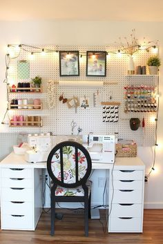 Pegboard for days! I love how this tidy sewing space is so organized. The pegboard provides the foundation and the accessories are adorable too! Sewing Room Organization, Craft Room Storage, Organization Ideas, Pegboard Storage, Pegboard Craft Room, Tool Storage, Craft Desk, Studio Organization, Hang Pegboard