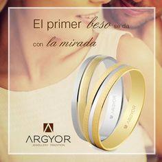 Frases de amor. El primer beso se da con la mirada... Alianzas de boda en oro…