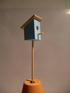 Ptačí budka snová zápich do Minizahrádky Originální dřevěný zahradní mininábytek a minidoplňky VN Miniptačí budka o rozměrech 2 x 2 x 3,5 cm, střecha 3 x 3 cm podtrhne něžnost Vaší minizahrádky. Doporučujeme další Minidoplňky v barvě světlemodro - béžové. Dřevěná část (špele) je natřena 2x voděodolným bezbarvým povrchovým lakem. Budkaje natřena ...