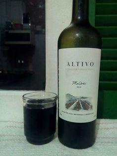 O gosto é levemente alcoólico, levemente seco, mas nada que atrapalhe muito saboreá-lo, talvez pelo tipo da uva (Malbec) que não é um tipo que recebo frequentemente. Pode ser um vinho que agrade muitos, mas não é um vinho de sabor refinado ou com algum grande destaque, é um vinho para o dia a dia, que não traz nenhum exagero. No geral, um bom vinho, com um bom sabor e bom pra degustar, mas que não tem nada de especial ou que chame muito a atenção.