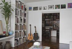 No espaço projetado pela designer de interiores Marina Teixeira, a estante guarda a coleção de discos de vinil e instrumentos musicais do empresário Claudio Silberberg  Pedro Abude / Casa e Jardim