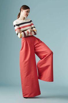 """Carolina Herrera Resort 2017 Fashion Show. Mas Palazzos! y si CH los trae en la nueva colección en porque llegarán a invadir vitrinas. Lo bueno es que aquellas que optan por prendas cómodas y sueltas, no tienen excusa para estar """"a la moda"""". Recuerden compensar lo ancho de abajo con la parte superior del torso!"""