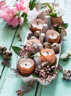 Easter decorations: trends, tips & inspiration-Osterdeko: Trends, Tipps & Inspirationen A beautiful table decoration for Easter can be made from an egg box, egg shells and a few flowers! Deco Floral, Egg Shells, Easter Crafts, Diy Projects Easter, Easter Eggs, Diy And Crafts, Flowers, Inspiration, Easter Table Decorations