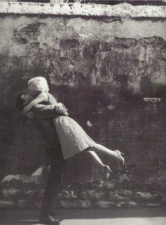 Edouard Boubat - Un couple s'embrassant, Paris, 1959
