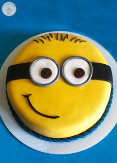 Order Cute Minion Cake online from Cake Express and get home delivery any where in Delhi, Noida, Ghaziabad, Faridabad, Gurugram and Greater Noida. Cute Minion Cake can be delivery in midnight . Order Kids Cakes online in Delhi NCR. Torta Minion, Bolo Minion, Minion Cupcakes, Cake Minion, Minions Minions, Minions Quotes, Funny Minion, Funny Jokes, Creative Birthday Cakes