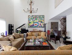 Sala de estar; sofá clássico bege; decoração eclética