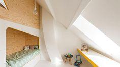 La vaste structure en bois abrite deux lits en bas et un espace de jeu/cabane, en haut, accessible par deux échelles.