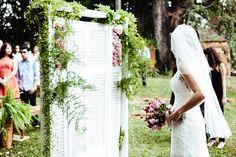 Uma das alegrias de ter um blog de casamento é receber histórias de amor, inspiração não só profissional como também pessoal. A história de hoje é de um amor improvável. A Ligia e o Carlosse conheceram na faculdade, mas logo depois veio a distância para colocá-los à prova. A Ligia conta que essa distância nunca ...