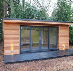 'The Crusoe Classic' - x Garden Room / Home Office / Studio / Summer House / Log Cabin / Chalet: modern Study/office by Crusoe Garden Rooms Limited Here you will find photos of interior design ideas. Get inspired! Backyard Office, Backyard Studio, Garden Office, Outdoor Office, Summer House Garden, Home And Garden, Summer Houses, Chalet Modern, Modern Log Cabins