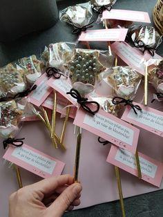 Traktatie toverstaf afscheid kdv. Gouden rietje, eierkoek ster gesneden, witte chocola met versiering, marshmallow en dropveter