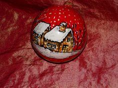 Pallina decorata a mano con paesaggio innevato su fondo rosso
