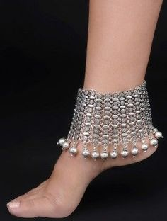 Gorgeous silver payal with pearls, check out more payal designs Silver Jewellery Indian, Black Gold Jewelry, Golden Jewelry, Silver Payal, Silver Anklets, Gold Anklet, Silver Earrings, Ankle Jewelry, Ankle Bracelets