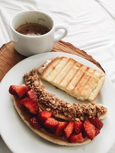 Salmon gravlax with beet - Clean Eating Snacks Healthy Desayunos, Healthy Breakfast Recipes, Yummy Snacks, Healthy Drinks, Healthy Snacks, Healthy Eating, Yummy Food, Healthy Recipes, Breakfast Ideas