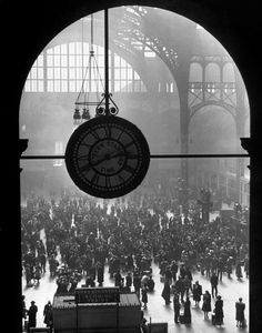 The famous Clock in the Old Penn Station, New York City, 1943 by Alfred Eisenstaedt for Life magazine. The subway over the road from our accom. Vintage Photography, Street Photography, Art Photography, New York City, Photo Images, Andre Kertesz, Photo D Art, Penguin Classics, Vintage New York