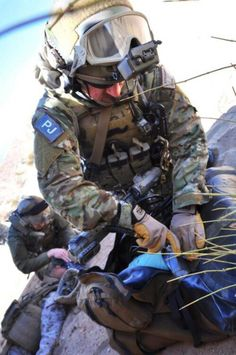 These thing our heroes do, so other may live. Air Force Pararescue, Usaf Pararescue, Army Medic, Combat Medic, Usaf Pj, Air Force Special Operations, Us Special Forces, My Champion, War Photography