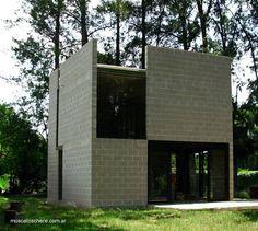 Pequeña vivienda con forma de cubo hecha con bloques de concreto