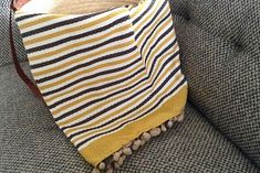 Fouta tunisienne pompons - ADGArt Projects To Try, Weaving, Table, Pom Poms, Tables, Loom Weaving, Crocheting, Knitting, Hand Spinning