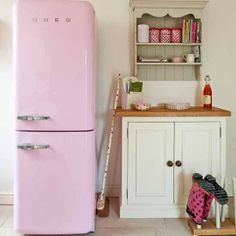 Pink Smeg fridge freezer in vintage kitchen. Modern Country Loves: Smeg Fridges Click through for details. Pink Smeg Fridge, Retro Fridge, Casa Retro, Retro Home, Utility Room Designs, Modern Country Style, Vintage Country, Pastel Kitchen, Country Interior
