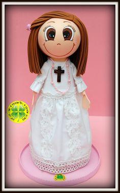 Ahora os presentamos a nuestra fofucha de comunión Manuela. Lleva una traje diferente y original. Está realizado en tela de lino con puntillas sobre una base de gomaeva. En los pies unas princesitas rosas. ¡Esperamos que os guste!