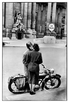 Henri Cartier-Bresson, Devant le Grand Palais, Paris, 1952. © Henri Cartier-Bresson/Magnum Photos.