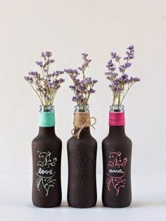 ¿Se os ocurre cómo decorar estas botellas? Un jarrón o centro de mesa genial para nuestras celebraciones.