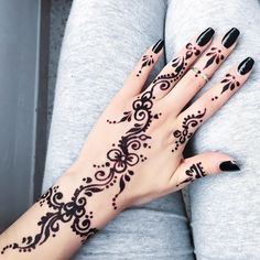 Aya Sellami  (@ayasellami) • Instagram photos and videos Henna Hand Designs, Pretty Henna Designs, Henna Tattoo Designs Simple, Indian Henna Designs, Unique Mehndi Designs, Henna Tattoo Hand, Mehndi Tattoo Hand, Hand Tattoos, Finger Tattoos