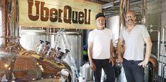 In den Riverkasematten in Hamburg haben Patrick Rüther und Alex Ohm mit dem Überquell ein Bier- und Brauhauskonzept realisiert. Handwerk steht im Fokus – auch bei der neapolitanischen Pizza.