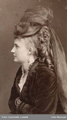 Smile for the Camera: Hilarious Photos Show Victorian Women Having a Giggle by Posing for Funny Faces Victorian Hats, Victorian Women, Victorian Fashion, Steampunk Cosplay, Historical Costume, Historical Clothing, 1870s Fashion, Steampunk Fashion, Gothic Fashion