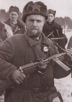 Partisan T. Efimov with captured Bergmann. Communist Propaganda, Braveheart, Red Army, We Remember, Our World, World History, Revolutionaries, Ww2, Submachine Gun