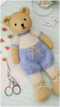 A Little Bear Knitting. Knitting Stitches, Knitting Patterns, Knitting Toys, Knitted Teddy Bear, Knitted Animals, Knit In The Round, Cute Teddy Bears, Bear Toy, Sock Yarn