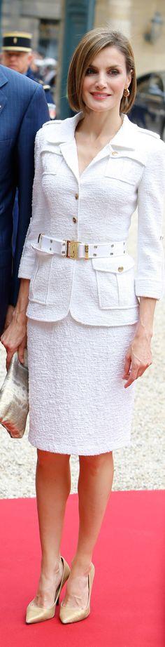 El vestido de Varela que Letizia escogió para su viaje a Holanda tenía un problema, esos terribles bordados en la falda. Tampoco lo vemos muy adecuado; demasiado rojo, demasiado ajustado y labios demasiado rojos para esa hora de la mañana. Regular tirando a mal.