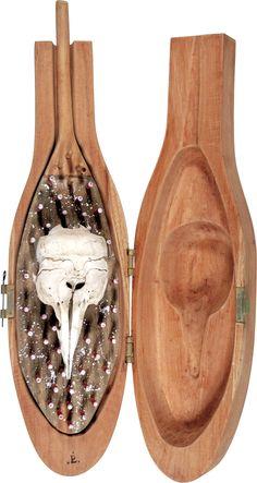 Paulo Laender - CAIXA COM GOLFINHO- escultura em madeira e crânio de golfing- data 1999 - dim 30 x 53 x 105 cms