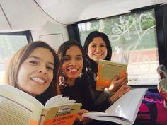 @Kariaka91  aprovechando un viaje en autobús para estudiar con sus compañeras. #selfiuned 22/04/15 Bus Travel, Teachers, Studying, Reading
