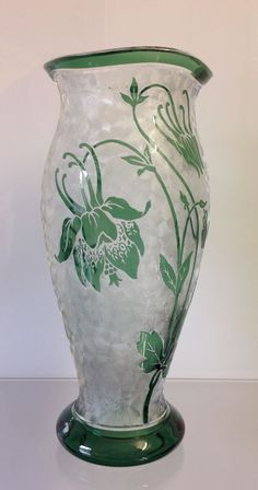 Vase Val Saint Lambert signé cristal incolore doublé vert,décor gravé à l'acide , création Léon Ledru vers 1900. Hauteur : 18,5 cm