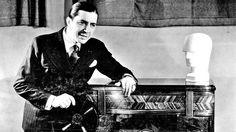 Nueva York, 1935. Carlos Gardel junto al Radio cerebro mágico RCA Victor. Promoción de su contrato de exclusividad firmado en 1935.