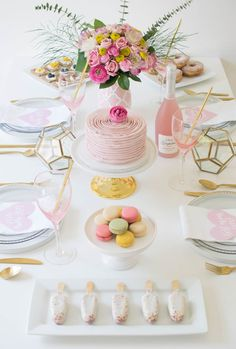 Host a lovely Mother's Day Brunch to celebrate your MOM! We are sharing an easy and delicious brunch menu and lovely decor ideas! Brunch Table Setting, Brunch Decor, Table Settings, Brunch Party Decorations, Brunch Buffet, Table Decorations, Mothers Day Dinner, Mothers Day Decor, Birthday Brunch