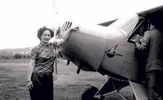 Ada Rogato e o pequeno avião utilizado no vôo sobre a Cordilheira dos Andes - Nilson Montoril - Arambaé