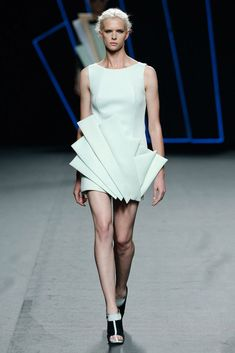 Amaya Arzuaga Prêt à Porter Primavera/Verano 2016 Weird Fashion, Unique Fashion, Fashion Show, Geometric Fashion, Geometric Couture, 2016 Fashion Trends, Origami Fashion, Fashion Details, Fashion Design