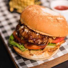 Przepis na grillowane hamburgery, dzięki którym przygotujesz wyśmienite w smaku, a przy tym bardzo zdrowe hamburgery z grilla. Grilluj z Kamis. Grilling, Curry, Chicken, Ethnic Recipes, Food, Curries, Crickets, Essen, Meals