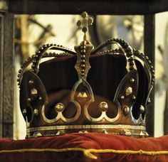 Romania reinstates the crown in their coat of arms – Royal Central St Edward's Crown, Royal Crown Jewels, Royal Crowns, Royal Tiaras, Royal Jewelry, Tiaras And Crowns, The Crown, Chateau De Malmaison, Imperial Crown