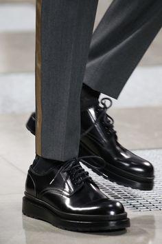 Louis Vuitton Fall 2016 Menswear Fashion Show Details shoes casuales cómodos de vestir deportivos hermosos hombre mujer vans Look Fashion, Fashion Shoes, Mens Fashion, Fall Fashion, Outfits Casual, Casual Shoes, Sock Shoes, Shoe Boots, Men Dress