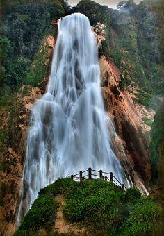"Cascada Velo de Novia, México. Tzimol, Chiapas.- ""Velo de Novia"" es una majestuosa caída de agua de 120 metros de altura; forma parte de una serie de 8 cascadas de ""El Chiflón""."