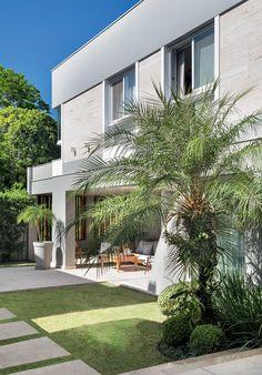 Jardim-area-externa-plantas-palmeiras-fenix-pitosporo-moreias-buxinhos (Foto: MCA Estúdio/Divulgação)