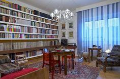 Majitel miluje 30. léta. Obývací pokoj zdobí křeslo od Jindřicha Halabaly čalouněné stejnou látkou jako pohovka. Ze stejného období je i lustr. Dominantu představuje knihovna přes celou stěnu. Ozdobou jsou originály plakátů od Káji Saudka