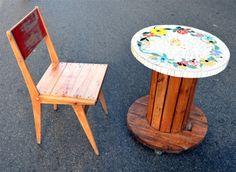 Mesa realizada a partir de una bobina de madera con aplicación de Trencadis (azulejos recuperados y gemas). Con 3 ruedas de goma con freno.<br /> Muy util como mesa de arrime, o simplemente como objeto de arte. <br /> Medidas:<br /> 61 cm de diámetro<br /> 64 cm de alto