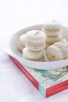 mhmh with a gold topping (via Sweet Treats / gold leaf macarons) Vanilla Macarons, French Macaroons, Sweet Tooth, Bakery, Sweet Treats, Food And Drink, Cooking Recipes, Cooking Tips, Favorite Recipes