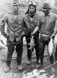 fishes - japanese navy pilots with big fishes (ace Takeo Okumura is in the center) Old Pictures, Old Photos, Independence War, Meiji Restoration, Warring States Period, Japanese History, Go To Japan, Army & Navy, Korean War