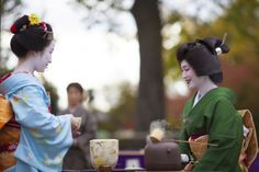 Tea ceremony with the maiko Ichikoma as assistant and the geiko Umewaka as host! A such pretty sweet pic!