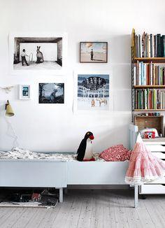 I Helena Blomqvists och Jonas Brandins lägenhet skapas nya världar flera gånger om året. Båda är konstnärer och utnyttjar ateljén i den till max.